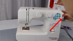 05-pull-out-the-hand-wheel-to-activate-the-bobbin-spindle